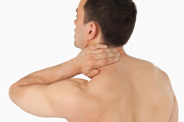 Giovane uomo vivendo dolore al collo