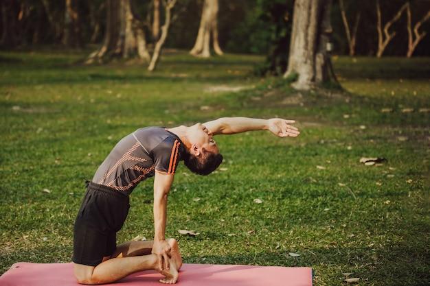 Giovane uomo, yoga e natura