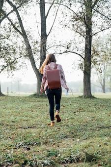 Giovane viaggiatore che cammina nel bosco