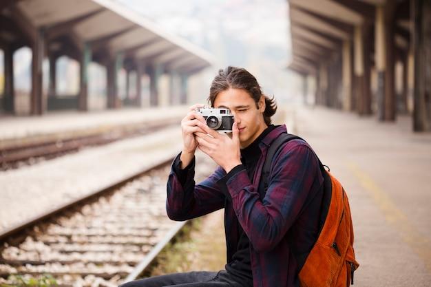 Giovane viaggiatore che scatta una foto