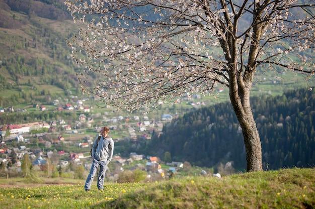 Giovane viaggiatore con zaino sulla collina