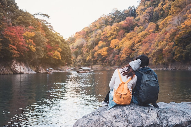 Giovane viaggiatore delle coppie che sembra bello paesaggio arashiyama giappone, concetto di stile di vita di viaggio