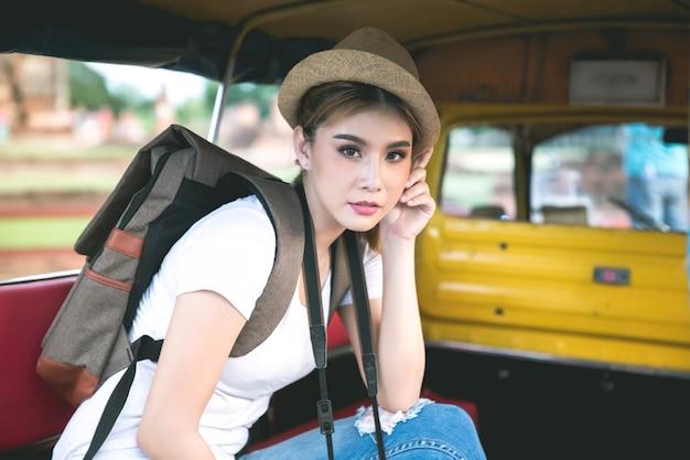Giovane viaggiatore femminile asiatico con lo zaino che viaggia la provincia di ayutthaya, tailandia