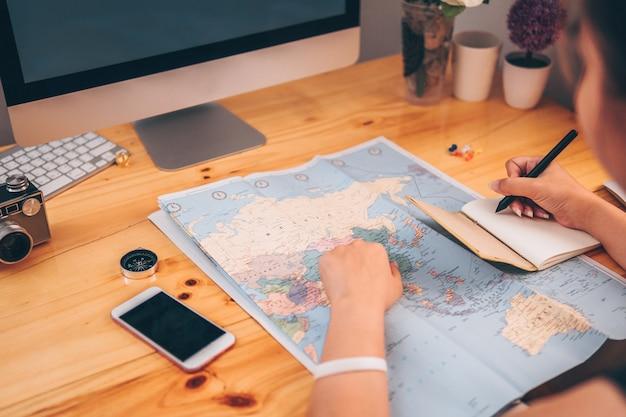 Giovane viaggio di viaggio di pianificazione della mano del primo piano