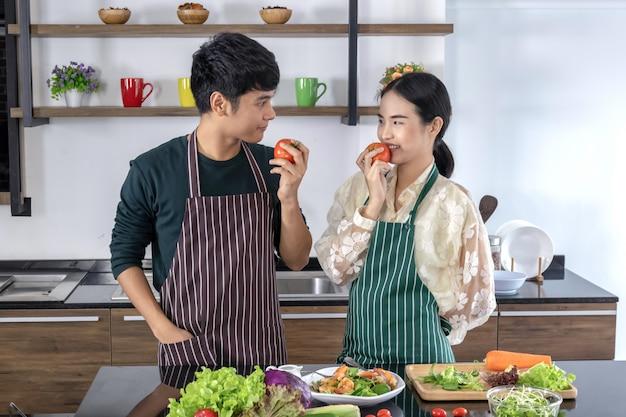 Giovani adolescenti che mangiano pomodori