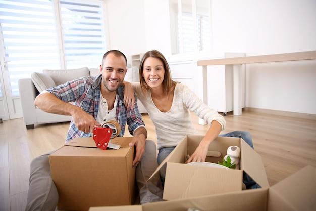 Giovani adulti che si spostano nella nuova casa