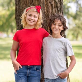 Giovani amici all'aperto