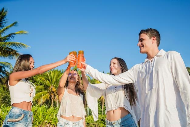 Giovani amici alla festa
