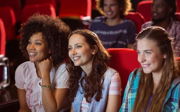 Giovani amici che guardano un film