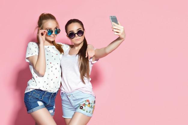 Giovani amici che prendono selfie