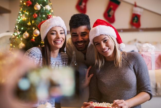 Giovani amici felici che celebrano insieme il nuovo anno e il natale.