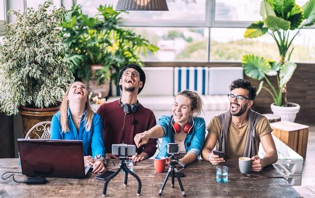 Giovani amici millenari che condividono contenuti creativi online durante la sessione di vlogging