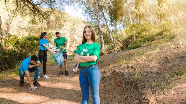 Giovani attivisti che raccolgono spazzatura nel boschetto