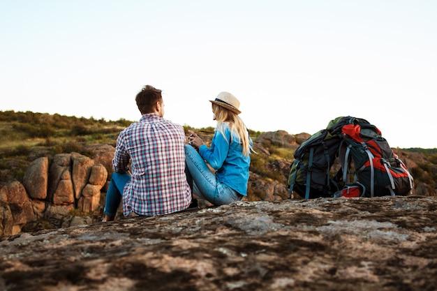 Giovani belle coppie di viaggiatori che godono della vista del canyon, sorridente