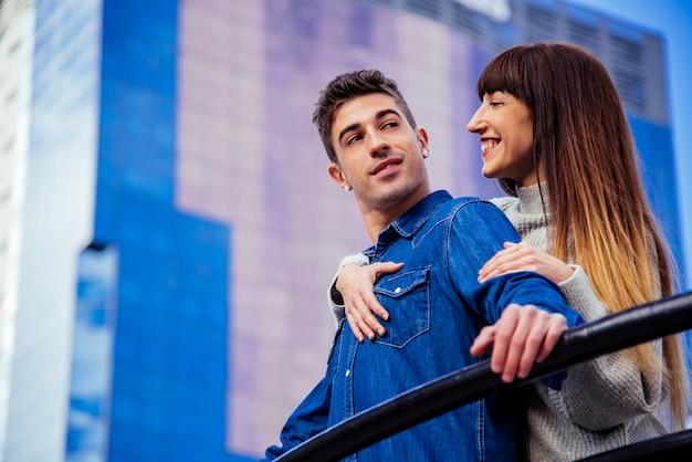 Giovani belle coppie nell'amore che si abbracciano in un modo romantico