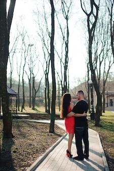 Giovani belle coppie nella posa di amore all'aperto in città.