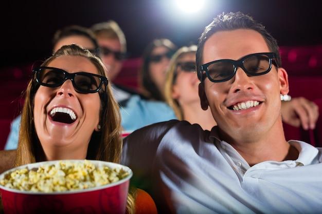 Giovani che guardano film in 3d al cinema