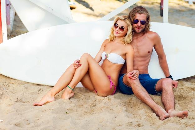 Giovani che indossano occhiali da sole in spiaggia
