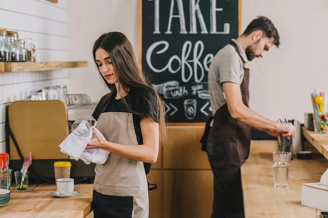 Giovani che lavorano nella caffetteria