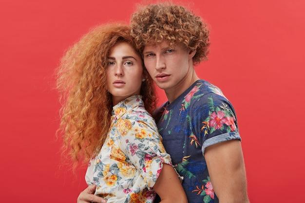 Giovani che modellano durante il servizio fotografico