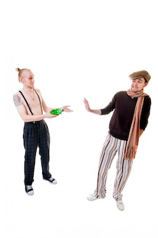 Giovani che offrono un drink