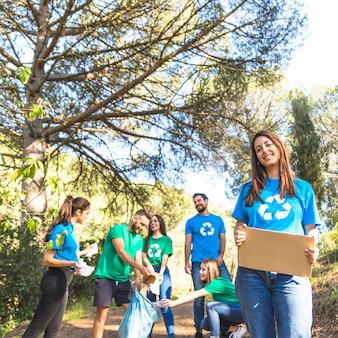 Giovani che puliscono la foresta dai rifiuti
