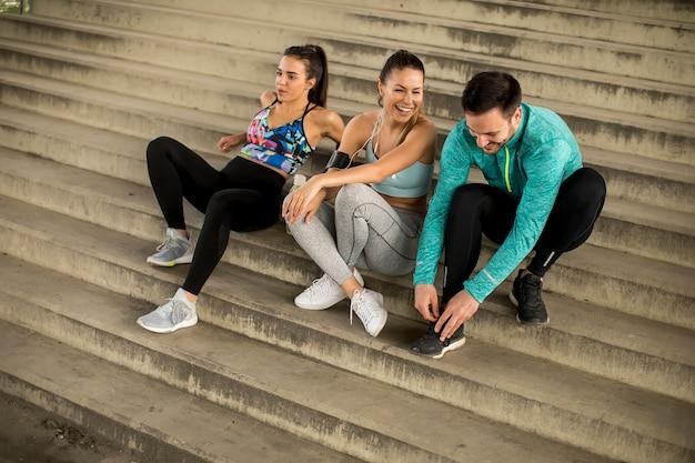 Giovani che riposano sulle scale dopo l'allenamento