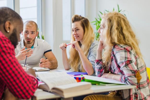 Giovani che studiano insieme ad un tavolo
