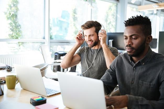 Giovani colleghi seduti in ufficio coworking