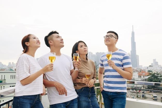 Giovani con bicchieri di birra