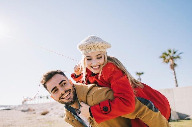Giovani contenti che posano sulla riva
