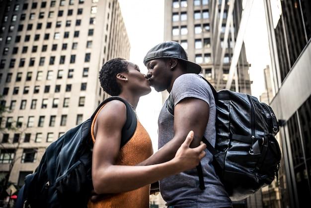 Giovani coppie afroamericane che baciano a new york