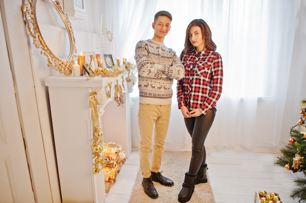 Giovani coppie alla moda con i regali di natale e la decorazione di nuovo anno