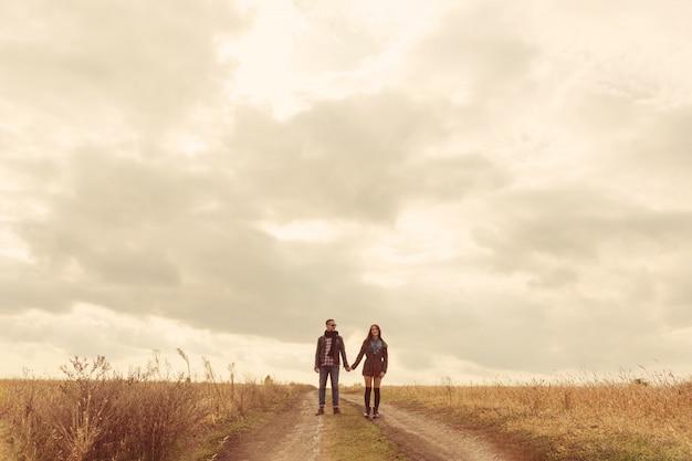 Giovani coppie alla moda moderne all'aperto. giovani coppie romantiche nell'amore all'aperto nella campagna