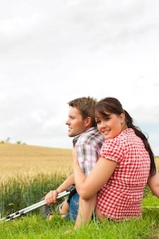 Giovani coppie allegre che fanno un'escursione fuori