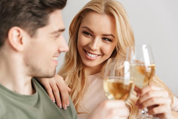 Giovani coppie amorose allegre all'interno a casa