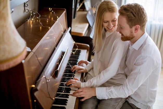 Giovani coppie amorose che giocano piano