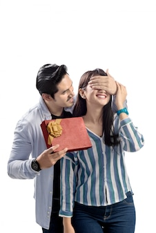 Giovani coppie asiatiche che celebra il giorno di biglietti di s. valentino con dare un regalo