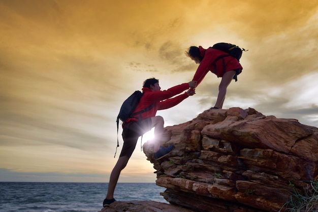Giovani coppie asiatiche che si arrampicano in su