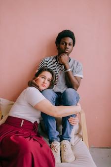 Giovani coppie che abbracciano nella casa