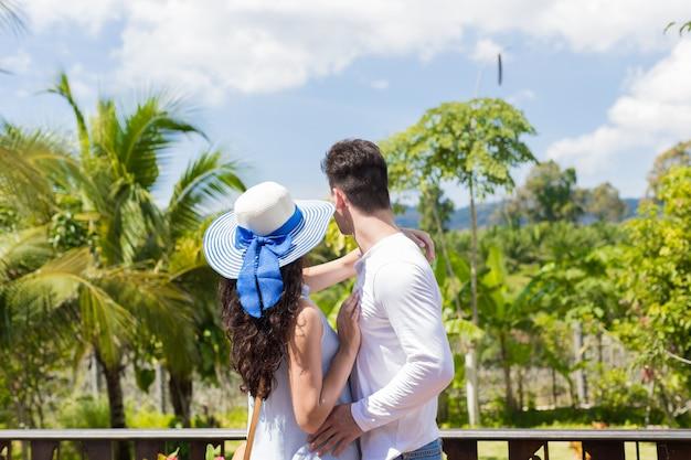 Giovani coppie che abbracciano sul terrazzo o sul balcone di estate