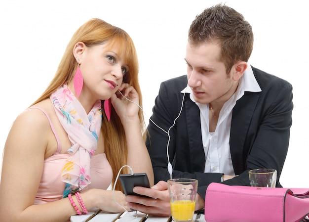 Giovani coppie che ascoltano insieme la musica