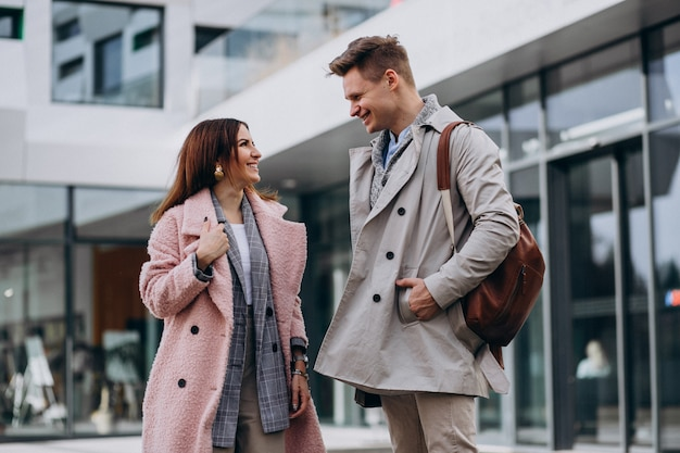 Giovani coppie che camminano insieme in città