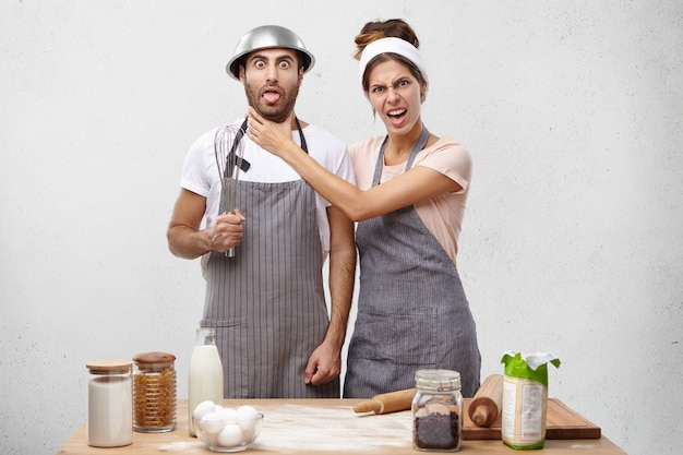 Giovani coppie che cucinano insieme