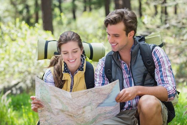 Giovani coppie che discutono mentre esaminano mappa