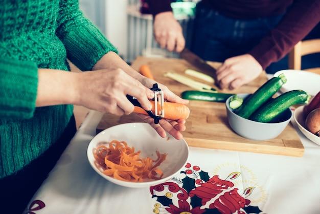 Giovani coppie che fanno cena durante il periodo natalizio