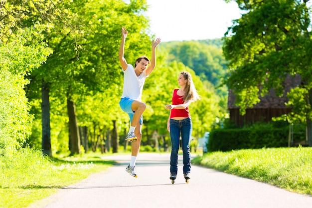 Giovani coppie che fanno gli sport all'aperto