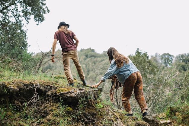 Giovani coppie che fanno un'escursione nella foresta