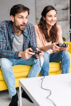 Giovani coppie che giocano ai videogiochi