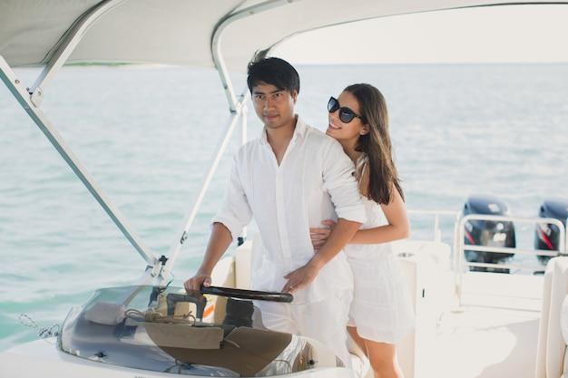 Giovani coppie che navigano su un yacht in oceano indiano